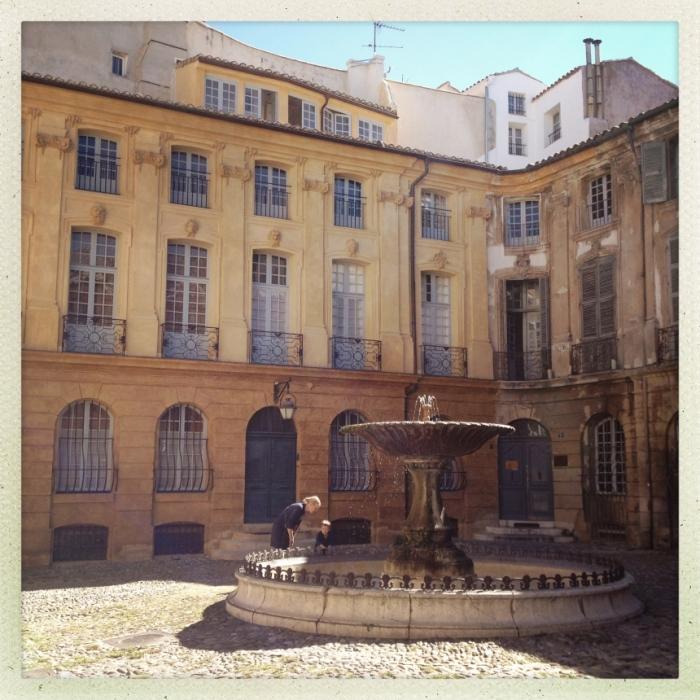 Wohnen wie Gott in Frankreich: ein schöner Innenhof mit einem Brunnen in der Mitte.