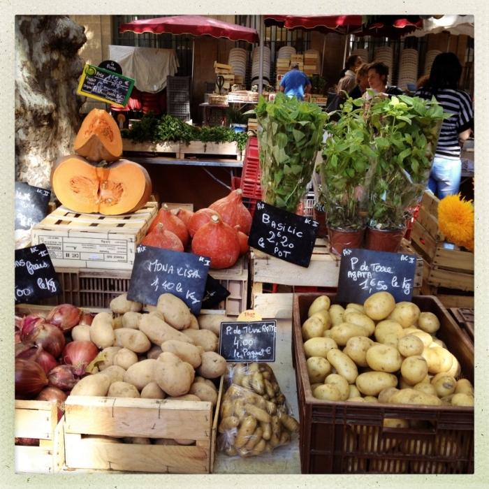 Speisen wie Gott in Frankreich: Verschiedene Kartoffelsorten liegen auf einem Markt zum Kauf bereit