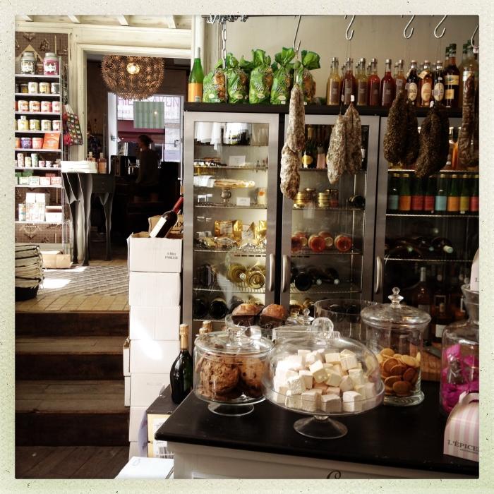Schlemmen wie Gott in Frankreich: In einem Laden hängen Salami kopfüber an der Decke