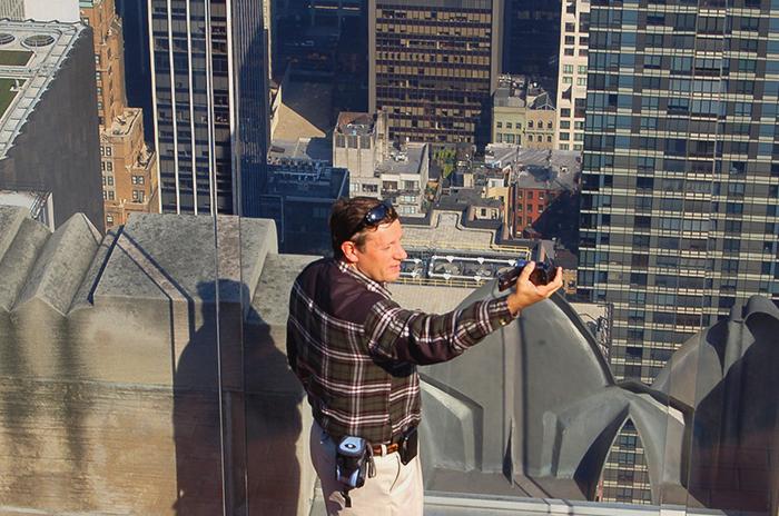 Wie alle Touristen: Ein Mann macht ein Selfie von sich