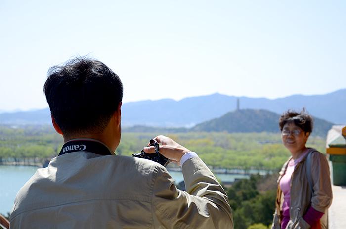 Touristen fotografieren sich gegenseitig vor einer Sehenswürdigkeit