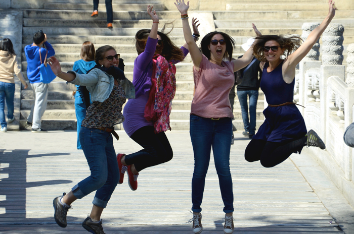 Touristen springen gemeinsam in die Luft für ein Foto