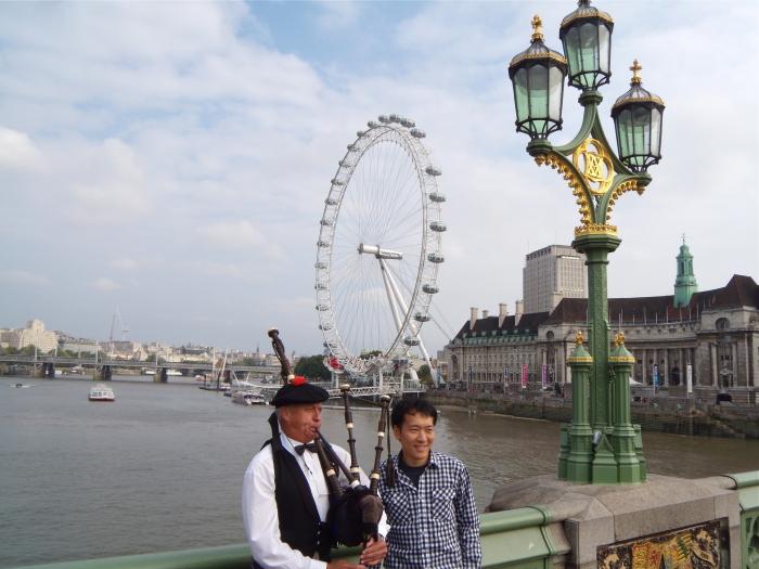 Die Westminster Bridge mit dem London Eye im Hintergrund