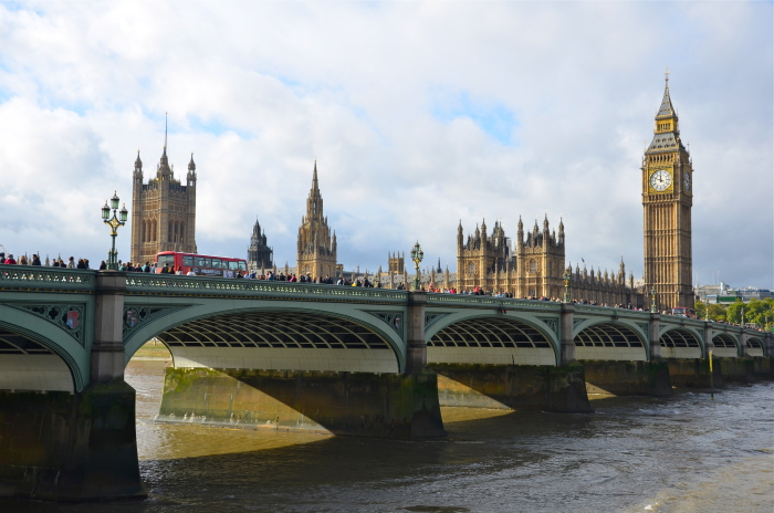 Die Westminster Bridge mit dem Big Ben und den Houses of Parlament