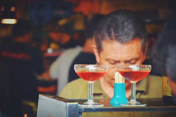 Ein Kellner in einer der Barcelona Champagne Bar Xampanyeria