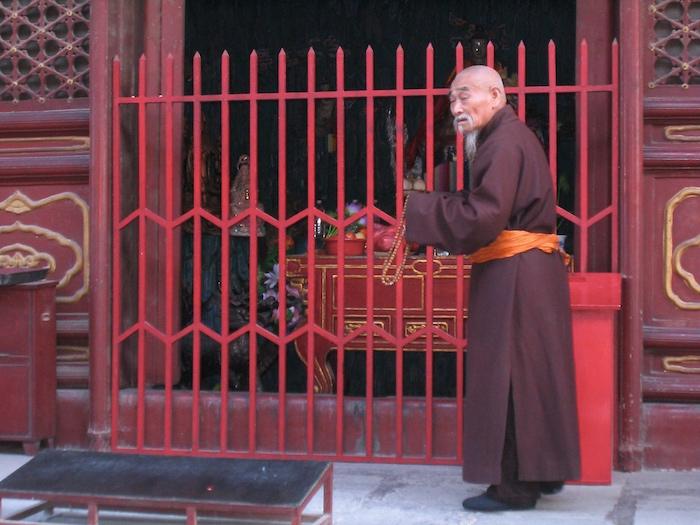 Ein buddhistischer Mönch im Lama Tempel in Peking