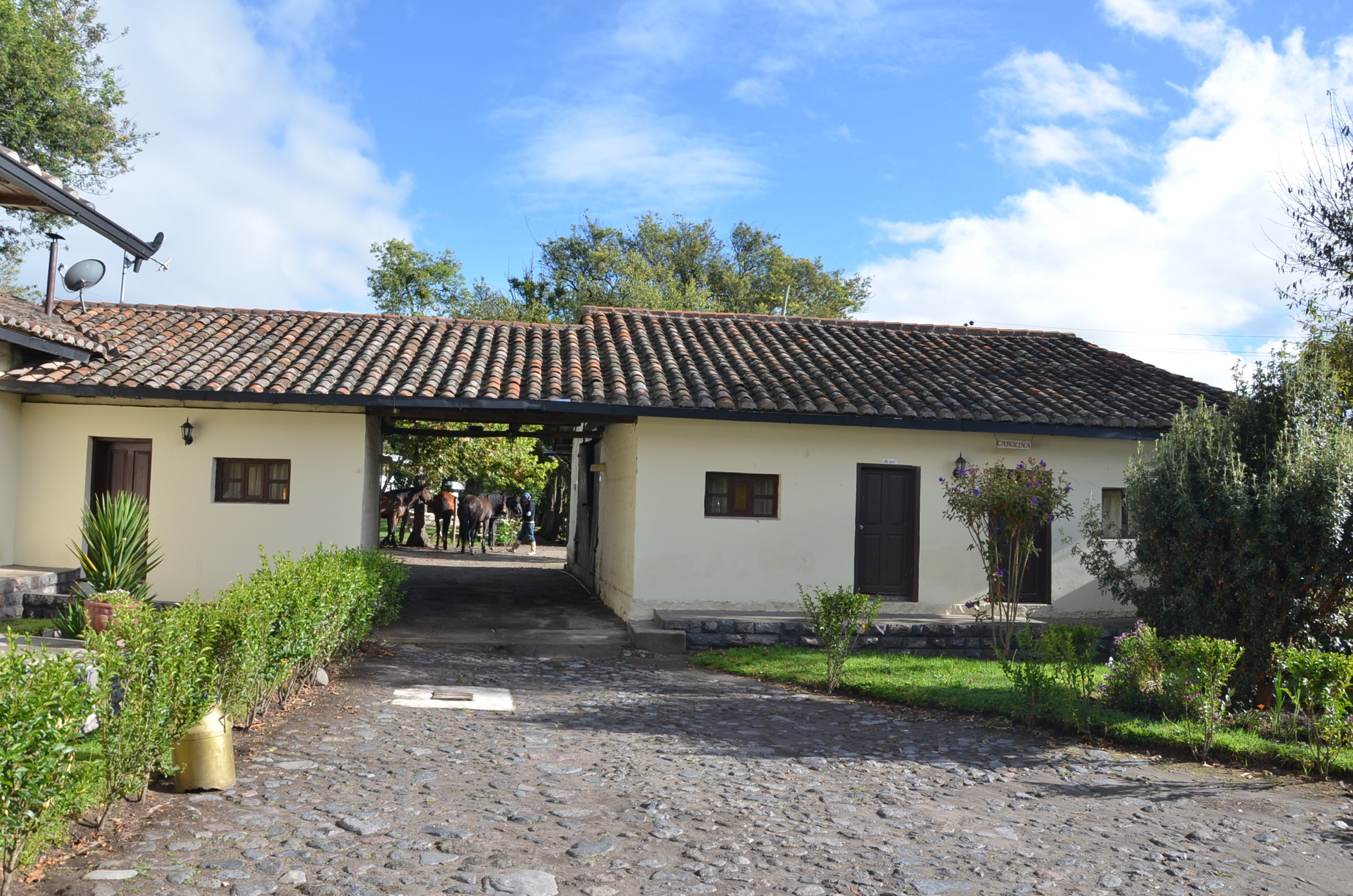 Hosteria_Papagayo_Hotel_Cotopaxi_Ecuador_Outside